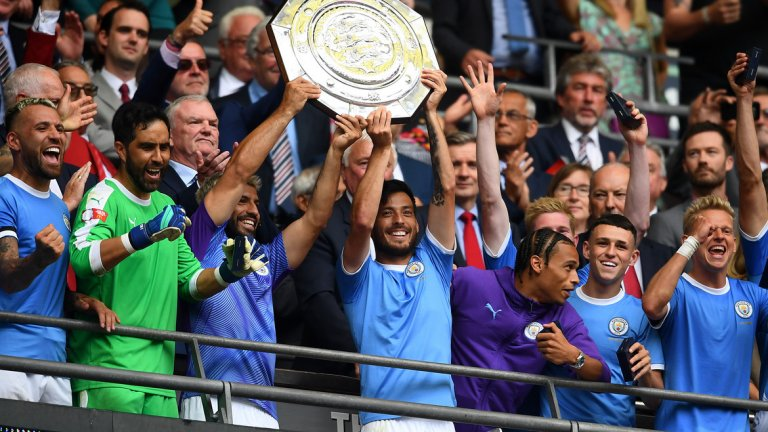 Гуардиола и играчите му продължават да обират всички трофеи в Англия