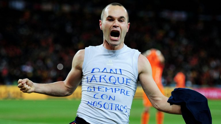 """След като вкара победното попадение срещу Нидерландия във финала на Мондиал 2010, Иниеста свали фланелката си, а на потника му отдолу пишеше: """"Дани Харке: Винаги с нас."""""""
