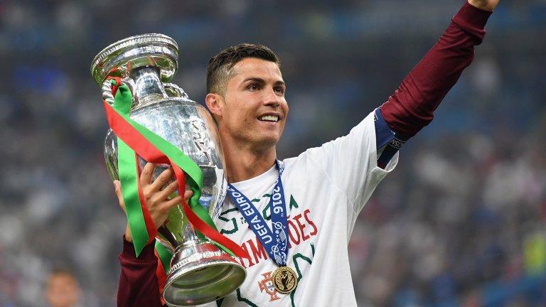 Разбира се, освен всички индивидуални постижения, Роналдо може да се похвали и с върховния отборен успех на едно европейско първенство - купата, която спечели с Португалия преди 5 години