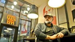 Данчо Йорданов, наричан от приятели Бензо, е създателят на това място. Художник, реставратор, дизайнер, артист, космополит.