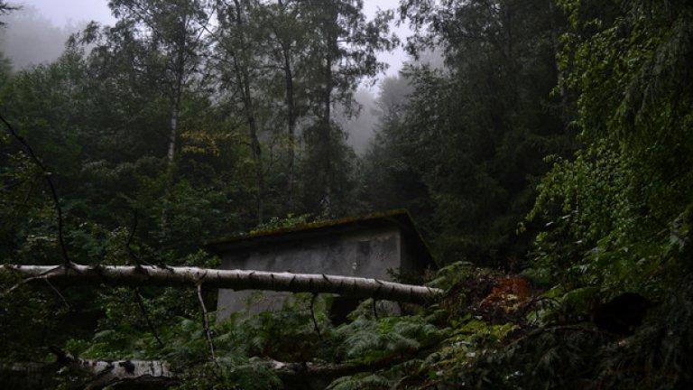 Сред гъстите гори на курорта са разположени различни по своята функция, но еднакво забравени, останки от миналото