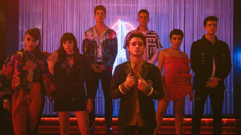 """Elite (""""Елит"""") Героите в сериала на Netflix """"Елит"""" са група испански ученици, които също като в сериала """"Клюкарката"""" учат в елитна частна гимназия, но се сблъскват с доста по-мрачни житейски обрати от американските си връстници. Завръзката на историята е вражда между по-богатите възпитаници на гимназията Las Encinas и тези от по-ниските социални слоеве, която приключва с убийство, а в хода на сериите се търси кой е убиецът и чие обещаващо бъдеще ще приключи в затвора."""