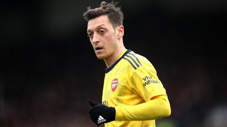 """В кариерата си за Арсенал Месут Йозил изигра 254 мача, в които има 44 гола и 77 асистенции. Последният му двубой с фланелката на """"артилеристите"""" бе на 3 юли 2020-а, когато даде головото подаване за победата с минималното 1:0 над Уест Хем."""