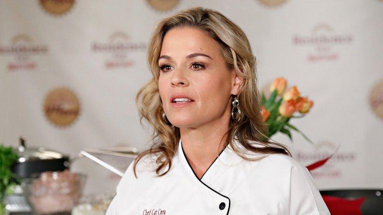 """Кет Кора  Тя е собственик на няколко успешни ресторантав американските градове Орландо, Сан Франциско, Хюстън и др. Зад миловидната ѝ външност на сладка блондинка се крие друг образ, който познават любителите на кулинарията. Сред тях тя си печели прозвището Железния шеф, след като бе жури и водещ в Iron Chef America.   Макар да е американка, тя обича гръцката кухня - да похапва и да готви. Докато върти успешния си бизнес с ресторантите, намира време и да води кулинарното шоу """"Around the World in 80 Plates"""" по американската Bravo TV.   Тя е един от добрите примери за това, че един шеф може да бъде толкова успешен, колкото и красив."""