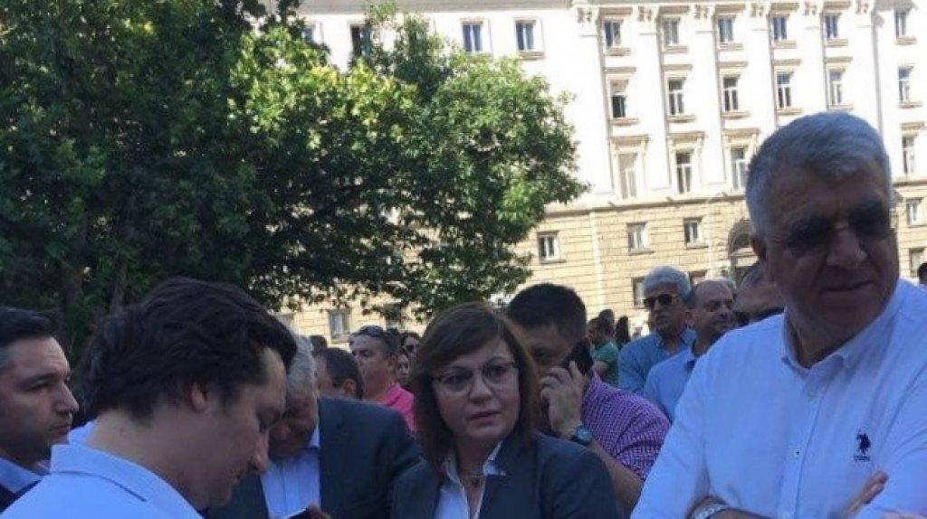 Лидерката на БСП Корнелия Нинова, заобиколена от ключови лица от парламентарната група на партията.