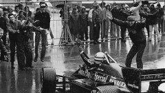 Екипът на Lotus посреща Сена след първата му победа във Формула 1