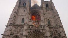 За около два часа пожарът е бил овладян и пожарната служба е категорична, че не са засегнати основните части