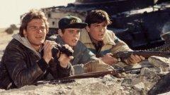 """""""Червена зора"""" (Red Dawn, 1984 г.)  Какво ще се случи, ако започне съветска инвазия в САЩ? Оригиналният """"Червена зора"""" разглежда точно този вариант, като в него войниците на СССР имат подкрепата и на съюзниците си от Куба и Никарагуа. Главните герои са група американски тийнейджъри, които се опълчват на съветската окупация, започвайки партизанска война с нашествениците. В главната роля е Патрик Суейзи, а освен него ще видите и младия Чарли Шийн."""