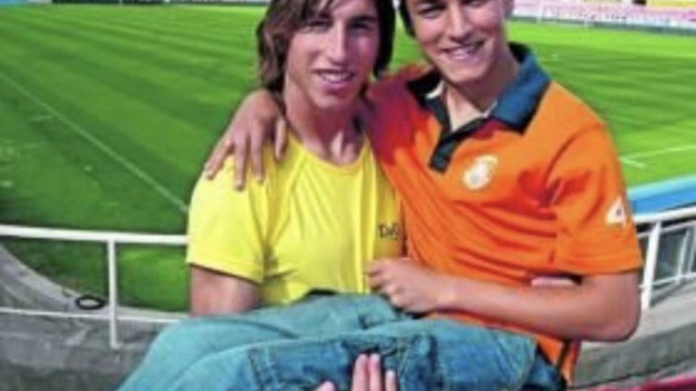 Серхио Рамос и Хесус Навас, когато двамата играеха заедно за Севиля. Помните ли модата на 7/8-ите дънки?
