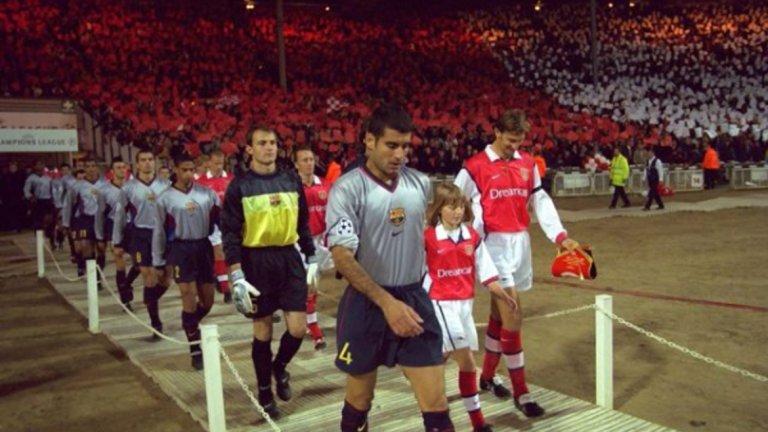 Капитаните на Барселона и Арсенал, съответно Пеп Гуардиола и Тони Адамс, извеждат двата отбора.