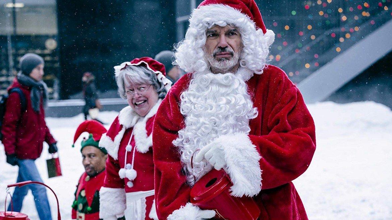 """""""Лошият Дядо Коледа 2"""" (2016)  13 години след """"Лошият Дядо Коледа"""" вторият филм не успя да спечели такива симпатии като първия, макар в него да са включени много от елементите, които направиха оригинала популярен. В актьорския състав този път влизат и Кати Бейтс и Кристина Хендрикс. """"Лошият Дядо Коледа 2"""" носи на феновете класическия хумор за възрастни, на който се залагаше и в оригиналния вариант. Оценките му не са феноменални, така че спокойно можете да го оставите за """"друг път""""."""