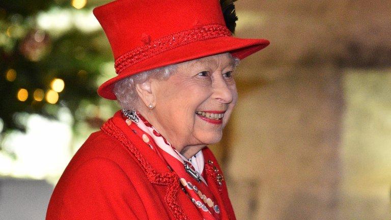 """В приказките кралиците обикновено са жените на кралете, но при Елизабет II това не е така. Елизабет Александра Мери Уиндзор е най-дълго управлявалият монарх в британската история. Тя е коронясана в далечната 1953 г., когато е само на 27 години. Днес може и да гледаме Елизабет през призмата на проблемите в кралското семейство, но кралица Елизабет има много история зад гърба си и сериалът """"Короната"""" (The Crown) обхваща само част от нея."""