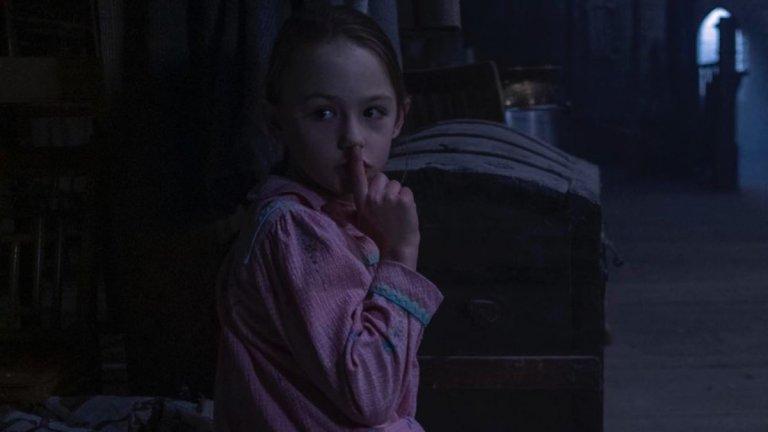 The Haunting of Bly Manor - Netflix  Втората история от режисьора Майк Фланаган за обитавано от духове имение, смесва някои познати произведения в жанра на ужасите, преплитайки ги в оригинална, плашеща, но и затрогваща история. Младата американска учителка пристига в Англия, за да избяга от болезненото си минало, а един чичо търси гувернантка за осиротелите си племенници - две мили и интелигентни деца... поне на пръв поглед. Тя трябва да живее с тях и да им помага в образованието, но това, което на пръв поглед звучи като перфектна сделка, скоро започва да показва пукнатини. Не само, че предишната гувернантка на децата се е самоубила, но и в самото имение се усещат странни и необясними неща. И наистина ли тези деца са толкова невинни и мили? Колкото и странно да звучи обаче, този страшен сериал може да ви остави накрая с едно много мило и топло чувство.
