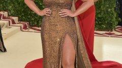 Ашли Греъм   Ашли Греъм е може би най-известният Plus-size модел и първият такъв, публикуван на корицата на Sports Illustrated. Била е на кориците и на Vogue, Elle и Cosmopolitan. Попадала е в класацията за най-интересни знаменитости през 2016-а, както и в списъка на Vogue за тридесет най-влиятелни личности под 30 години.   Ашли е и автор на книга, посветена на самоувереността и доброто самочувствие, която има за цел да вдъхне на читателките си повече сила и кураж да бъдат себе си.