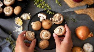 Дори и наглед обикновената паста с гъби и сметана би могла да се претвори в ястие, за което всеки на масата ще пита каква е тайната и защо е толкова непреодолимо апетитно.  Затова в галерията ще видите седем рецепти с гъби, с които да разнообразите есенното си меню: