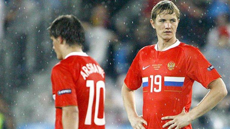 Роман Павлюченко (вдясно) загуби интерес към слабия съперник след три гола през първото полувреме във вратата му.