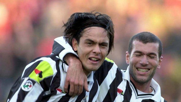 """Ювентус 2001/02 Ювентус изгуби титлата в последния ден на 2000 г., но две години по-късно бе на страната на победителите. Тимът на Марчело Липи стартира с три поредни победи, но постепенно загуби форма и нямаше успех в шест поредни кръга, падайки до шестото място в класирането. Шампионите от Рома и Интер, воден от Ектор Купер, се възползваха и битката за титлата бе между тези три отбора. Юве спечели четири поредни мача, но всичко бе в ръцете на Интер, който водеше с точка кръг преди края. Отборът на Купер трябваше да победи Лацио в Рим и титлата бе тяхна, като дори феновете на """"Олимпико"""" викаха за Интер – по-добър вариант от това Рома или Юве да станат шампиони.  С бързи голове на Давид Трезеге и Алесандро Дел Пиеро в първите 10 минути стана ясно, че Ювентус ще победи Удинезе, така че всички погледи бяха насочени към Рим. Кристиан Виери откри след 12 минути игра и въпреки че Карел Поборски изравни, Луиджи Ди Биаджо бързо върна аванса за Интер. Поборски обаче отново изравни преди почивката, а през второто полувреме """"нерадзурите"""" се сринаха и загубиха с 2:4.  Ювентус триумфира със Скудетото, а техничното прехвърлящо изпълнение на Антонио Касано срещу Торино означаваше, че Интер не само не спечели титлата, но и трябваше да се примири с финиширане на третото място."""