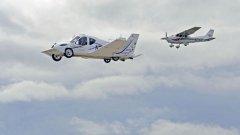 """""""Terrafugia Transition"""" се рее в небето, следван от обикновен самолет"""