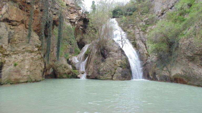 Хотнишки водопад (Кая Бунар)  Намира се само на 14 км от старопрестолния град Велико Търново, в покрайнините на село Хотница. Има три различни по височина каскади. Вариантите да стигнем до него са както пеша по екопътека, така и с кола през Самоводене или през село Момин сбор.  Въпреки че височината на пада му е само 30 метра и не може да конкурира по това другите водопади, той пленява с красота.