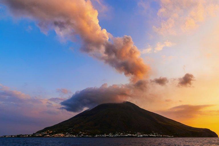 Вулканът на остров Страмболи