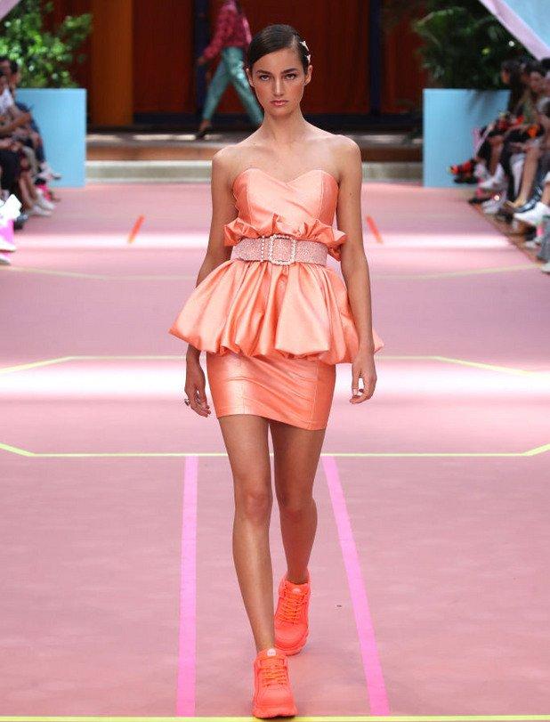 За вечерни събития е идеален, когато е в материи като коприна, пайети и тюл.  Модел на Marina Hoermanseder от Берлинската седмица на модата през юли 2019 г.