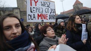 Решението на съда облагодетелства управляващата партия, която иска да ограничи още правата за аборт в страната