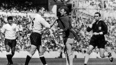 """Култовата снимка, която красеше и кабинета на сър Алекс - 20 август 1966 г., Дейв Макай дава урок на смятания за корав Били Бремнър в мача Тотнъм - Лийдс. """"Ритна ме в контузения крак. Били беше отличен играч, но мръснишко копеле"""", коментира покойният Макай."""