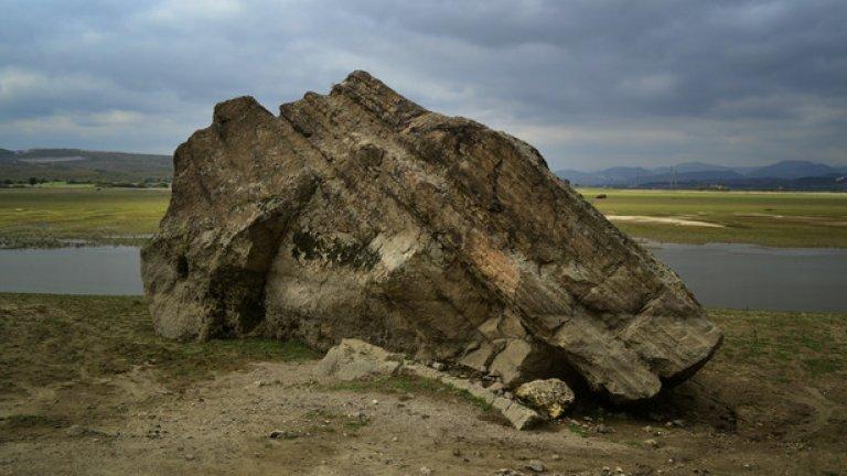 В подножието на Читкая огромна канара се е изтъркулила в язовира. Чертите по нея показват обичайното ниво на водата