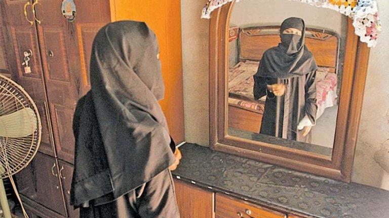 """""""Момиче в реката: Цената на прошката"""" (A Girl in the River: The Price of Forgiveness)Година:2015Среднометражният филм на пакистанската режисьорка Шармийн Обаид-Чиной печели """"Оскар"""" през 2016 г. за разказа си за едно от така наречените """"убийства на честта"""" в мюсюлманската страна.  Историята тук обаче е различна с това, че момичето по чудо оцелява, а нейният неосъществен убиец е собственият ѝ баща, разочарован, че тя се е влюбила в неподходящия мъж. Той обаче излиза от затвора, след като близките му му прощават (според Корана в някои случаи това е достатъчно), а въпреки причинените беди и обезобразената си дъщеря, филмът успява да посочи и как убежденията се оказват по-силни от съвестта, а справедливост за жертвите невинаги съществува. Гледаме в HBO Go."""