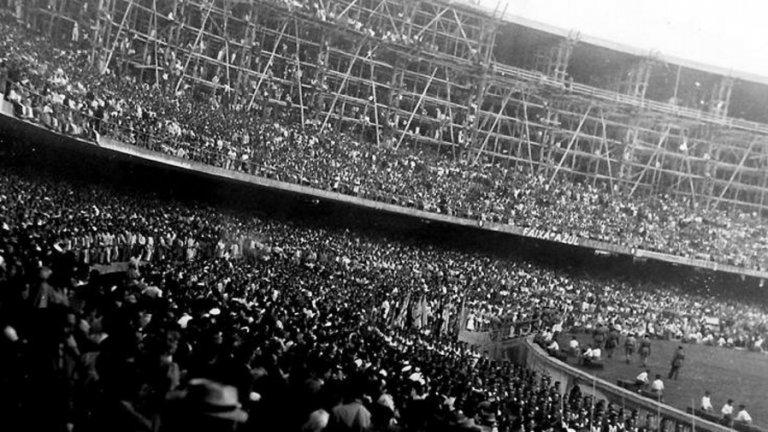 """Стадион """"Маракана"""". 200 000 фенове са разплакани след загубата на домакина на четвъртото световно първенство с 1:2 от Уругвай."""