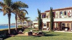 Къщата е в Малибу и се оценява на 25 млн. долара.