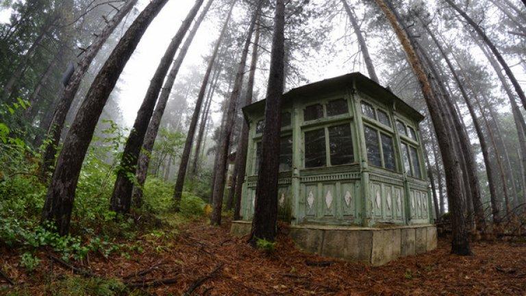 """Някои от почивните домове в """"Белите брези"""" са снабдени с красиво изглеждащи дървени беседки като тази  част от бившата хижа на БНБ (ГАЛЕРИЯ)"""