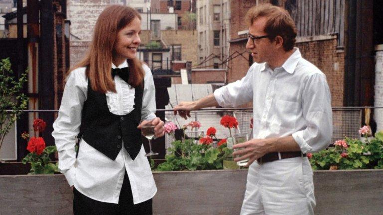 """""""Ани Хол"""" Най-важният филм в кариерата на Алън е цинична история за една въздигаща и угасваща любов. """"Ани Хол"""" прави Алън и Даян Кийтън звезди и му печели първия """"Оскар"""" в категория режисура. Историята разказва за нервака Алви Сингър, който не може да намери подходящата жена. Неговите връзки се провалят, а той води зрителя на любопитно пътуване и изследване на любовния и сексуалния му живот. Един ден Алви среща Ани и се влюбва. Тяхната история е като увеселително влакче, което се лашка нагоре и надолу, а цинизма и романтиката работят в странен синхрон. """"Ани Хол"""" е Уди Алън в най-добрата му форма - между иронията и любовта. Ню Йорк е фонът, на който минават няколко сезона, за да може историята на Ани и Алън също да премине през същите етапи и да угасне логично. Именно това е филмът, в който прозвучава емблематичната реплика, че """"хората в Лос Анджелис не си изхвърлят боклука, те го превръщат в телевизия""""."""
