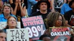 """Хиляди хора се присъединиха към генералната стачка, организирана от """"Окупирай Оукланд"""", блокирайки улици, площади и банки"""