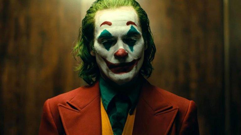 """""""Жокера""""   """"Жокера"""" се оказа сред най-обсъжданите филми на годината и то не само за феновете на комиксовите филми. Хоакин Финикс прави смразяващо добра роля като Артър Флек - главният герой, белязан от безпощадните критики и подигравки на обществото. Светът около Артър не желае да го приеме и вместо това го осакатява емоционално с травми, от които няма връщане.  Режисьорът Тод Филипс ни показва един съвсем различен, непознат до момента Жокер от 80-те години. Той предлага на зрителя да види как се заражда познатия на публиката смахнат садист с клоунска маска, като в същото време прави поклон към класики като """"Шофьор на такси"""" и """"Кралят на комедията"""". Достатъчно показателно е, че """"Жокера"""" допадна и получи положителни отзиви и от зрители, които не си падат по комикси."""
