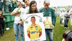 Роднини на Данило по време на поклонението в памет на жертвите от самолетната катастрофа