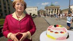 Востчната фигура наАнгела Меркел, изнесена в чест на рождения и ден пред Бранденбургската врата от музея на Мадам Тюсо.(Галерия)