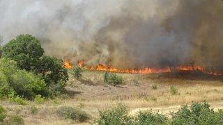 Огнени стихии има край Перник, Кадиево и в Кюстендилско, пожар горя и край село Бучино, Благоевградско (на снимката)