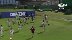 Невиждано: Футболист използва флагчето за корнер като копие при масов бой (видео)