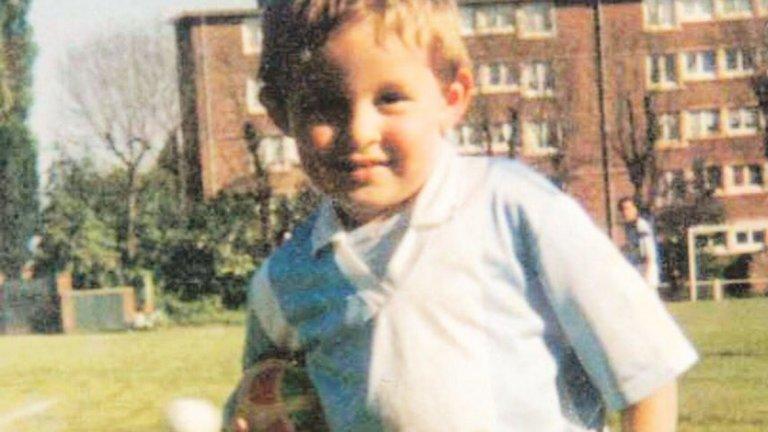 Можете ли да познаете това малко момче? Името му е Йоан Кабай и още от най-ранна детска възраст на любимия си зелен килим.