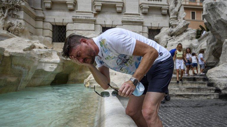 Предстои Световната метеорологична организация да потвърди измерванията, а същевременно температурите и в други части на Италия продължават да растат (на снимката: мъж се освежава във фонтан с Рим заради температурите от 39 градуса)