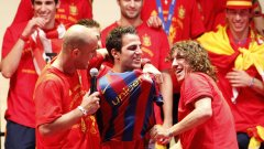 Сеск Фабрегас с фланелка на Барселона, макар и на шега