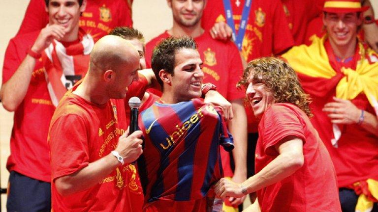 В Барселона са убедени, че следващото лято Фабрегас ще облече екипа на тима не само на шега