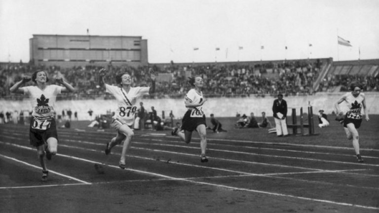 """6. Берлин 1936: Тест на пола с неочакван край Във финала на 100 м полякинята Стела Уолш губи от американката Хелън Стивънс. Феновете на Уолш искат Стивънс да бъде тествана дали е жена, тъй като """"бягала твърде бързо за жена"""". Америкаката се подлага на унизителния тест, в който не е открито нищо нередно с женствеността й. Години по-късно обаче идва неочакваният край. През 1980 г. Стела Уолш е застреляна пред магазин в Кливланд, а аутопсията показва наличие на мъжки гениталии. На това му се вика борба между половете."""