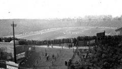 """""""Стамфорд бридж"""" през 20-те години на миналия век. Стадионът е открит през 1877 г., като в началото служи за арена на лека атлетика. През 1904 г. собствениците му не успяват да убедят Фулъм да играе на него и решават да създадат собствен клуб - Челси."""