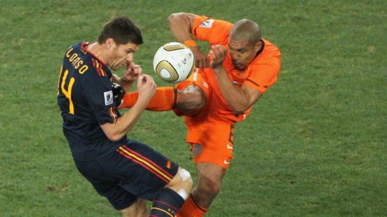 """6. Холандия – Испания, финал на Мондиал 2010 Всички знаем случая – Найджъл де Йонг се опита да убие Чаби Алонсо с карате ритник в гърдите, след което получи само жълт картон от рефера Хауърд Уеб. След което английският съдия се извини: """"Чак на полувремето осъзнах, че Де Йонг заслужаваше червен картон... Бях съкрушен. Бях пропуснал нарушение за червен картон във финал на Световно първенство. Пълен кошмар! Когато се връщах на терена, главата ми пулсираше, а сърцето му беше в гърлото."""""""