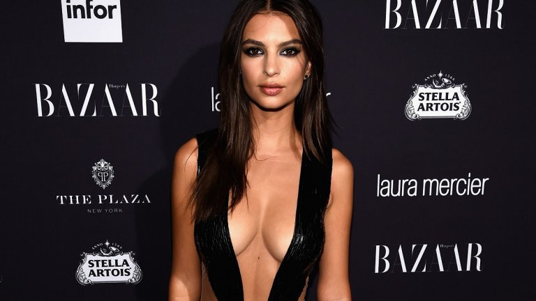 """Емили Ратайковски  И моделът Емили Ратайковски  не остана извън тенденциите на """"голите"""" рокли с изрязаният си тоалет на Julien Macdonald, с който се появи на наградите на  Harper's Bazaar през 2016 г."""