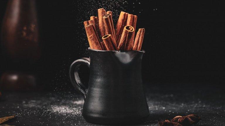 Пръчици канела  Заместете сламките и коктейлните бъркалки с пръчки канела, които ще придадат и пикантен вкус на коктейла, и невероятен аромат, а и изглеждат интересно и различно. Свикнали сме да долавяме миризмата на канела най-вече в хладните месеци, но тези пръчици си вървят чудесно и със свежи летни коктейли на основата на ром, така че не робувайте на клишетата.