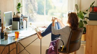 Три седмици младите дружини как дивана в хола бранят…