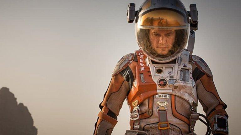 """""""Марсианецът""""   При споменаването на името на филма човек обикновено си представя научнопопулярен екшън на Ридли Скот, пълен с извънземни създания. Вместо това """"Марсианецът"""" показва Мат Деймън и голямо количество картофи.   Той е Марк Уотни, оставен на Червената планета и считан за мъртъв от колегите си.  Въпреки сюжета и критиките, че филмът има значителни пропуски от научна гледна точка, Деймън прави запомняща се роля, която носи и значителни боксофис приходи."""